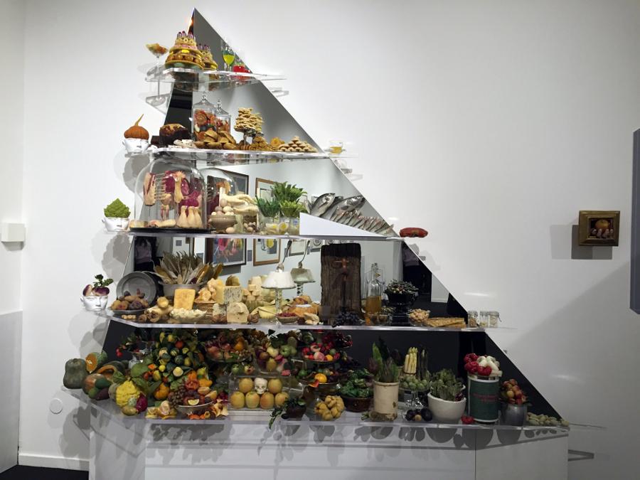 """Paola Nizzoli, Piramide alimentare, installazione realizzata per la mostra """"Il cibo nell'arte"""""""